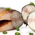 кусочки копченой скумбрии с зеленым луком