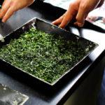 высушенные листья зеленого чая, готовые для перемалывания в порошок матча