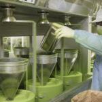 перемалывание листьев зеленого чая в порошок маття
