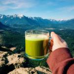 зеленый чай матча в стеклянной чашке