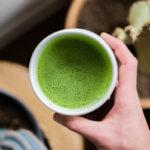 чашка зеленого чая матча в руке