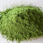 горка порошкового зеленого чая матча