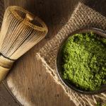порошок матча и бамбуковый венчик для взбивания зеленого чая