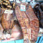 выбор копченой рыбы на рынке