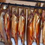 подвешенная копченая рыба с головой