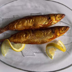 две копченых рыбки на блюде