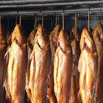 копчёная рыба висит в коптильне