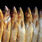 тушки копчёной рыбы с головой