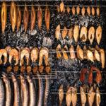 тушки и стейки рыбы в коптильне