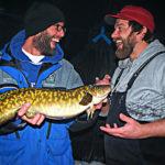 довольные рыбаки и налим
