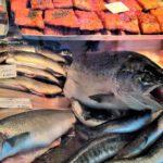 лосось и другая рыба на прилавке
