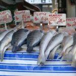 разные сорта рыбы на рынке