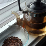 завариваем гречишный чай, стеклянный чайник