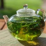 чай из листьев крапивы в заварнике