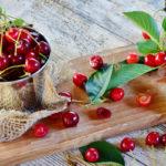 ягоды и листья вишни в косметологии