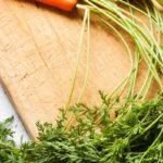 ботва моркови на разделочной доске