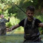 подростки на рыбалке