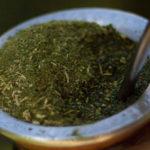 заваренный чай мате в калебасе крупным планом